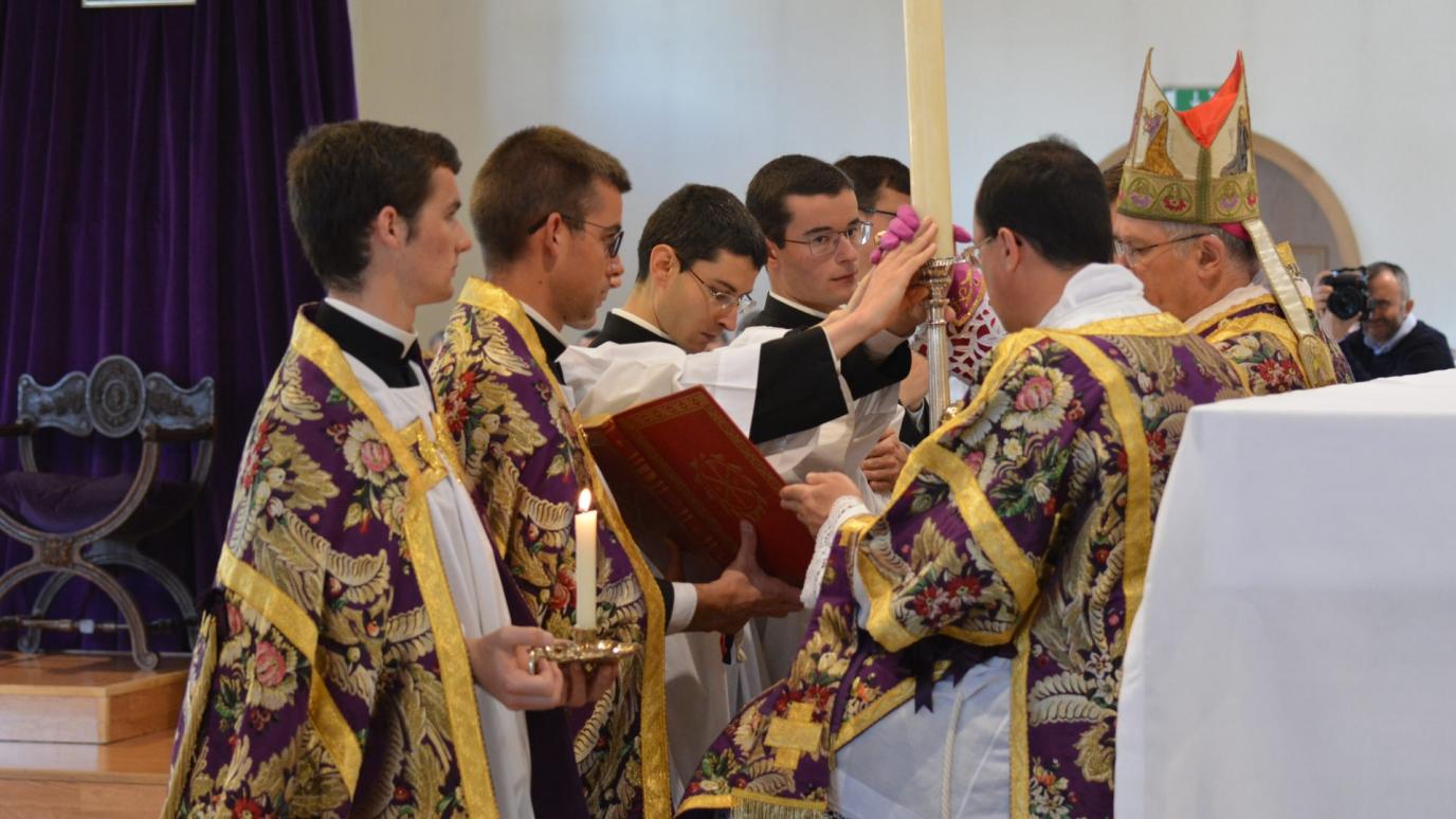 Porrection du cierge aux acolytes